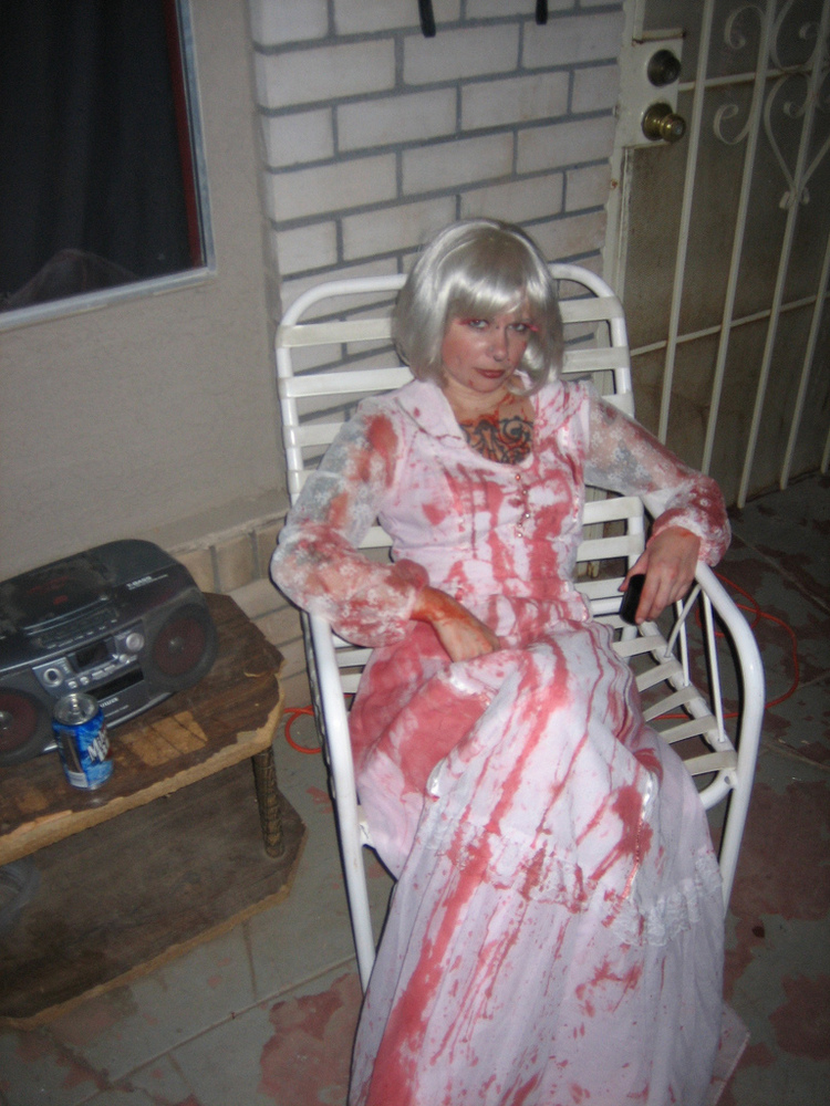 Easy Scary Homemade Halloween Decorations http://holidays.thefuntimesguide.com/2009/09/outdoor_halloween_decorations.php