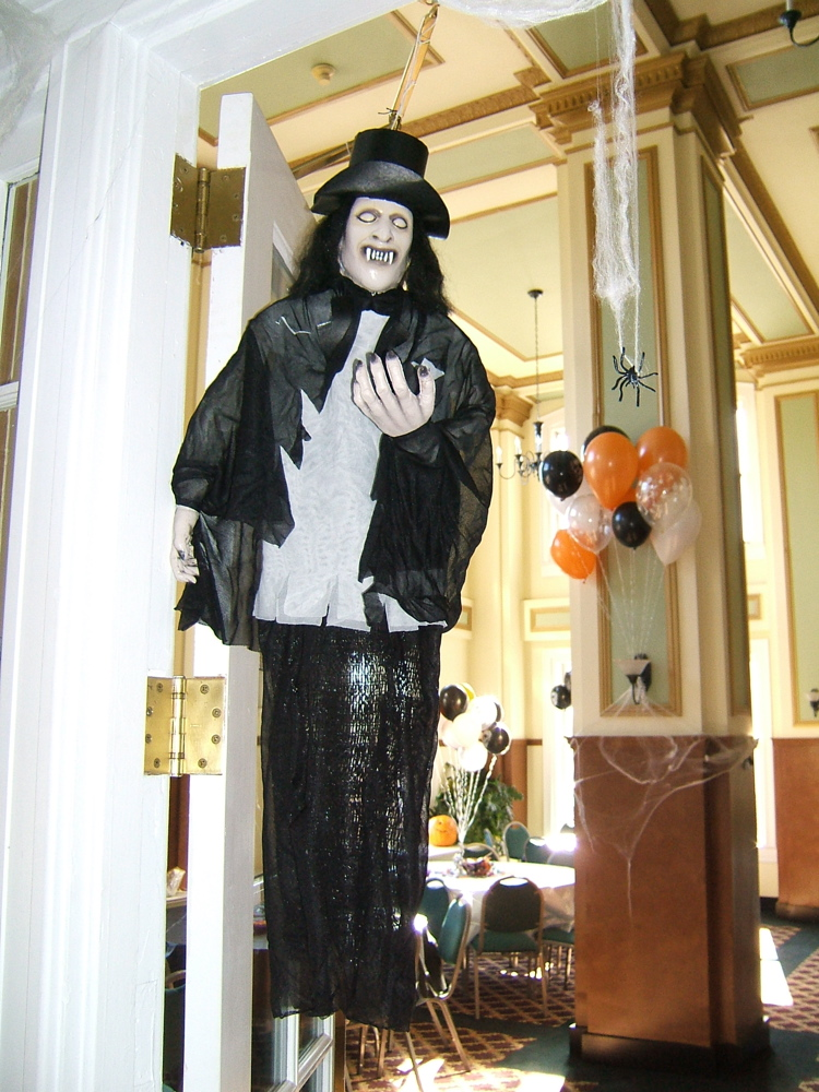 Spooky front porch decorating ideas for halloween party for Home halloween decorations